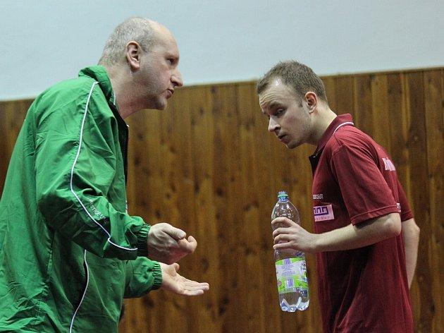 Trenér Kamil Koutný (vlevo) a Roman Rezetka během zápasu.