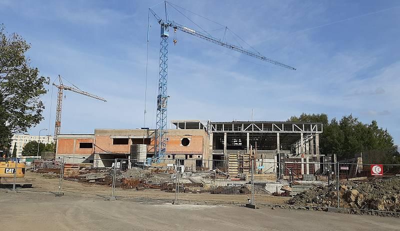 Multifunkční sportoviště u Obchodní akademie Karviná, září 2021. V sousedství probíhá rekonstrukce krrytého bazénu.
