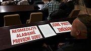 Zastánci diskotéky Alabama přišli na pondělní zastupitelstvo s protestními letáky.  Foto: Milan Haluška a Tomáš Januszek