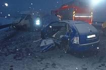 Vážná zranění utrpěla při střetu dvou automobilů řidička, která nezvládla jízdu po zasněžené silnici.