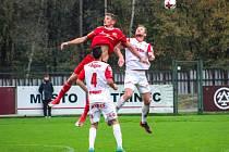 Třinecké fotbalisty (v červeném Václav Juřena) čeká těžký duel proti Žižkovu.