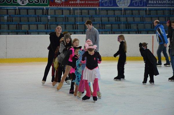 Karvinské děti se vydováděly na ledě.
