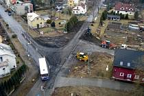 Stavba kruhového objezdu na sjezdu z dálničního přivaděče.