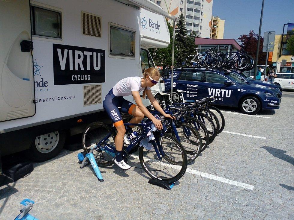 Závodnice před startem 1. etapy.