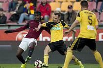 Karvinský smutek a sparťanská radost. Fotbalisté MFK (ve žlutém) nehráli na Spartě vůbec špatně, ale výsledek je jednoznačný.