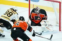 David Pastrňák (v bílém) byl zvolen první hvězdou týdne v NHL.