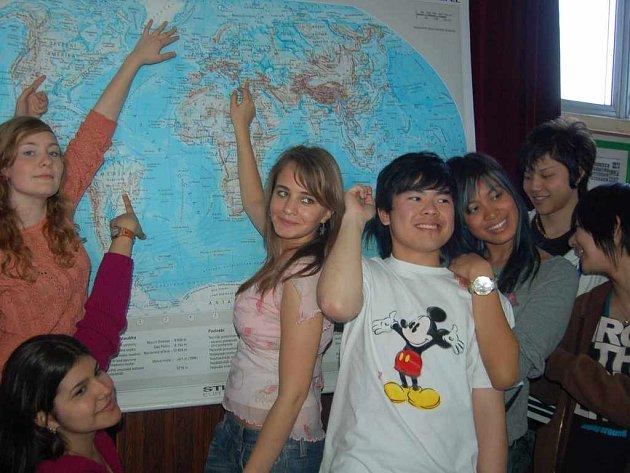 Studenti ukazují na mapě svou rodnou zemi, ze které pocházejí.