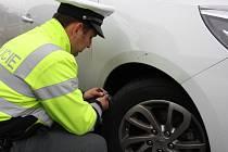 Lidé si mohli nechat policisty přeměřit hloubku dezénu ve svých pneumatikách.