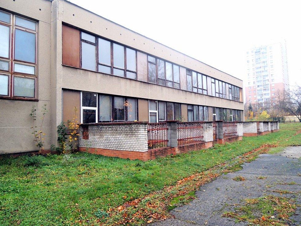 Chátrající budova někdejší zvláštní školy v Mánesově ulici v Havířově.
