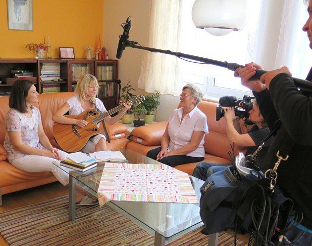 Televizní natáčení u rodiny Kurkových. Zleva Sandra Jeklová, Irena Kurková a Irena Babilonová.