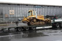 Prostor před vlakovým nádražím v Havířově obsadila těžká technika.
