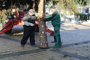 Stavění vánočního stromu v Havířově