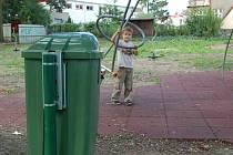 Po urgencích rodičů již radnice nechala odpadkové koše na dětském hřišti u Střelnice instalovat.