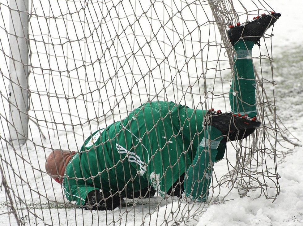Fotbalisté Karviné (v zeleném) na bílém prašanu zdolali neškodný Třinec 1:0.