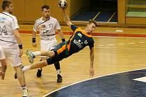 Karvinští házenkáři si vynutili víkendovými výhrami nad Lovosicemi (v bílém) pátý rozhodující zápas.
