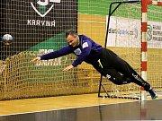 Zkušenost sama. To je evropskými poháry ošlehaný srbský gólman Karviné Nemanja Marjanovič.