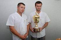 Štefan Roďom (vlevo) a Lukáš Kunz s pohárem pro vítěze evropské soutěže , která se konala v Polsku.