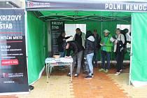 Ani deštivé počasí neodradilo lidi z Orlové, kteří přicházeli podepisovat petici proti zhoršování dostupnosti a kvality zdravotní péče v Česku. S tou tam včera petiční výbor odstartoval svou protestní jízdu po republice.