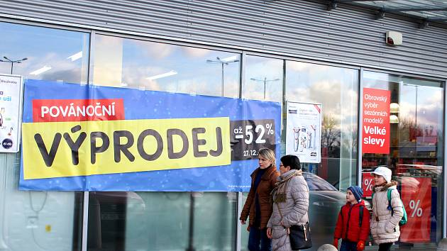 Zboží za čtvrtinu ceny? Některé prodejny nabízejí až 75 procentní slevy.