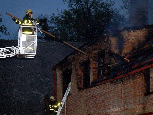 Historická památka sice nelehla popelem, ale krovy a střecha byla zcela zničeny.