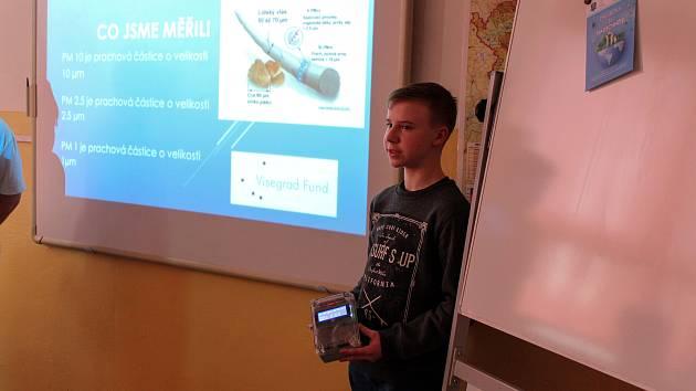 Pomocí speciálních přístrojů monitorovali žáci kvalitu ovzduší v obci.