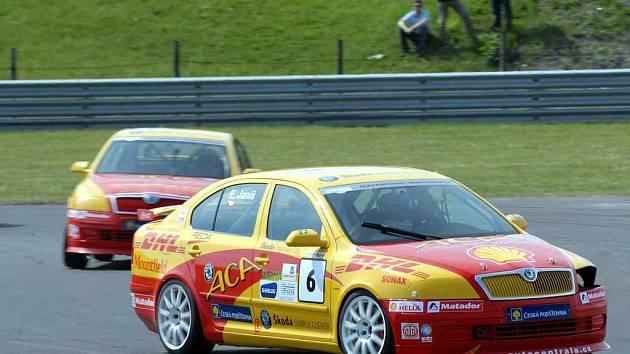 Chybějící zaslepený světlomet na voze lídra okruhového seriálu Octavia Cup 2007 Erika Janiše potvrzuje, že se v Mostě nerozdávaly body zadarmo.