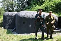 Radim Hanzel (vlevo) s Daliborem Tůmou v dobových uniformách z 30. let.