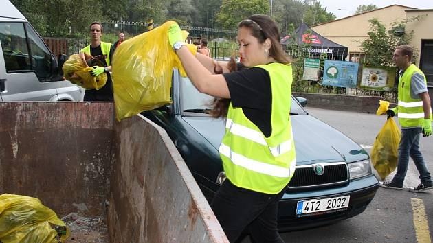 Čištění města od odpadků.