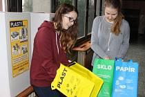 Žákyně 9. ročníku ZŠ Gen. Svobody v Havířově-Šumbarku při skládání boxů a tašek pro tříděný odpad.