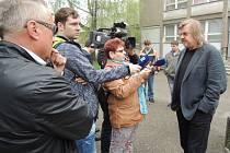 Jiří Baron (vpravo) vysvětluje situaci s pronájmem jeho učiliště Baron School v prostorách Hotelové školy a obchodní akademie Jan Tesarčíka (vlevo)
