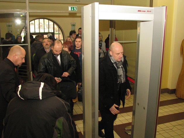 Bezpečnostní kontrola před zasedáním zastupitelstva.
