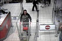Podezřelý muž na videozáznamu.