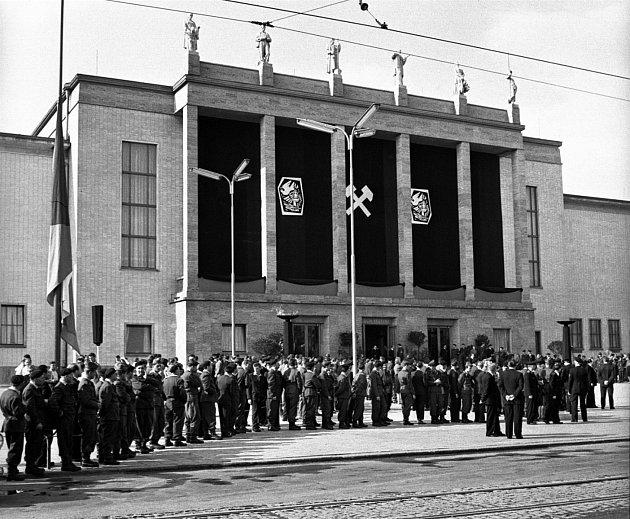 Pracující Ostravy uctili 12.července památku obětí důlního neštěstí. Vsále Domu kultury vOstravě se konal pietní akt.