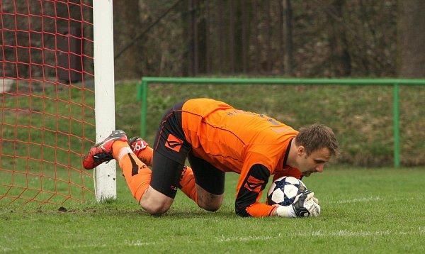 Fotbalisté Orlové (včervenobílém) porazili doma Rosice.