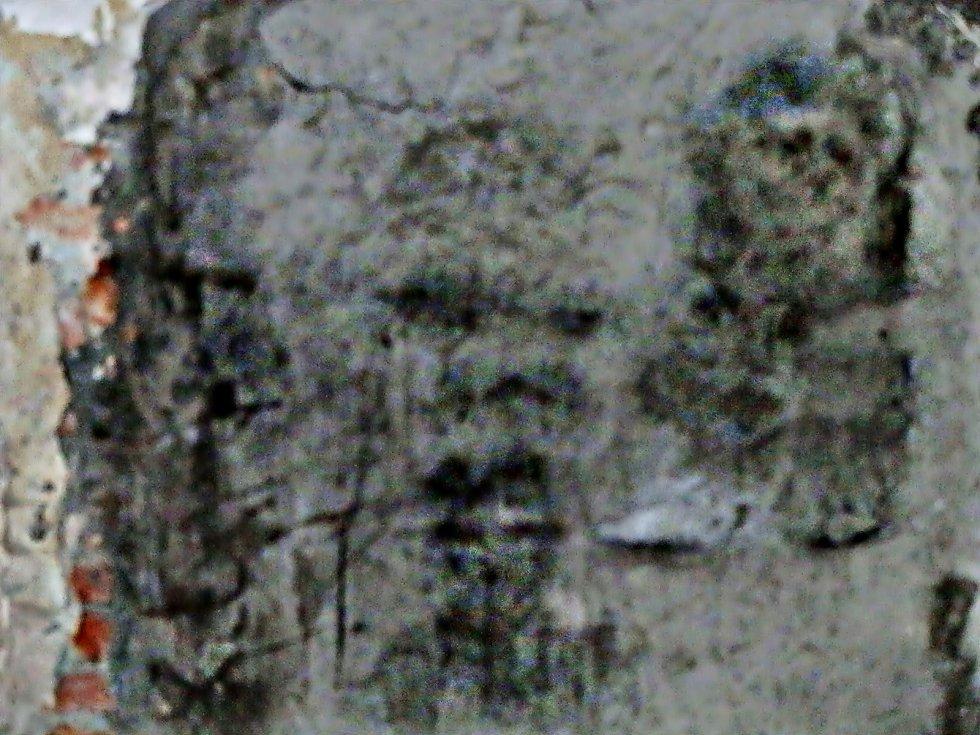 Oldřich Rajsigl z Havířova vyfotografoval na stěnách interiéru kostela sv. Barbory v Loukách postavy či lidské hlavy.