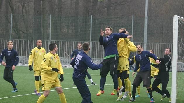 Havířovští fotbalisté (tmavé dresy) na překvapení v Orlové nedosáhli, ale předvedli proti třetiligovému soupeři solidní výkon.