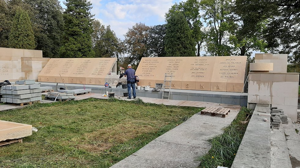 Na orlovském hřbitově, kde pokračuje rekonstrukce pomníku obětem sedmidenní války v roce 1919, vložili v pondělí představitelé města, Muzea Těšínska a legionářů schránku, ve které jsou dokumenty a obrázky, které našim potomkům přiblíží dnešní život v Orlo