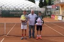 Zleva Matouš Otypka (finalista dvouhry), ředitel turnaje Petr Špok a Josef Zapletal (vítěz dvouhry).