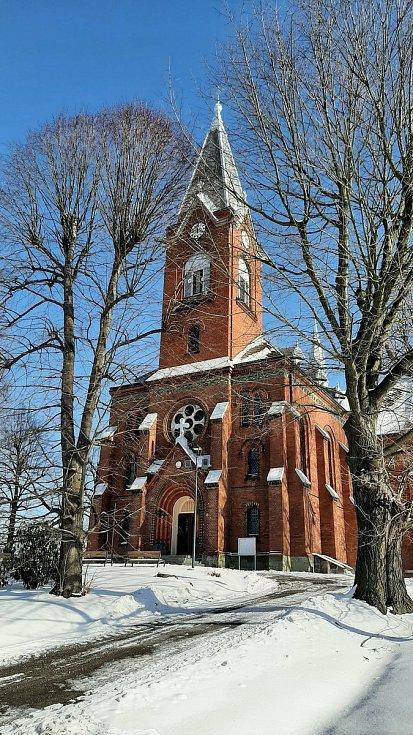 Hornická obec Stonava před 30 lety doslova vstala z popela. Dnes má necelých 2000 obyvatel a velmi dobrou infrastrukturu.  Kostel sv. Maří Magdalény.