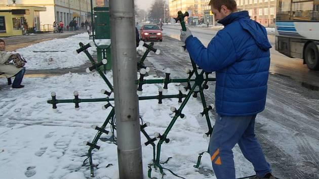 SVĚTELNÉ ozdoby brzy rozzáří ulice ve městě.