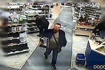 Poznáte muže na snímku z bezpečnostní kamery?