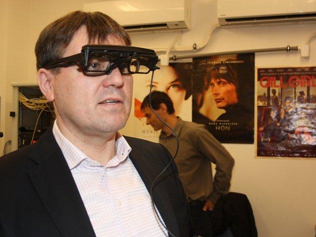 Speciální zařízení umožní sledovat v kině filmy i lidem s postižením zraku nebo sluchu.