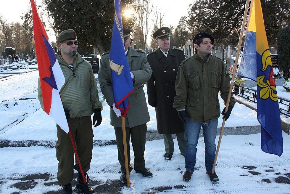 Obětem takzvané Sedmidenní války o Těšínsko se v pátek odpoledne poklonili účastníci pietního aktu u pomníku na orlovském hřbitově.