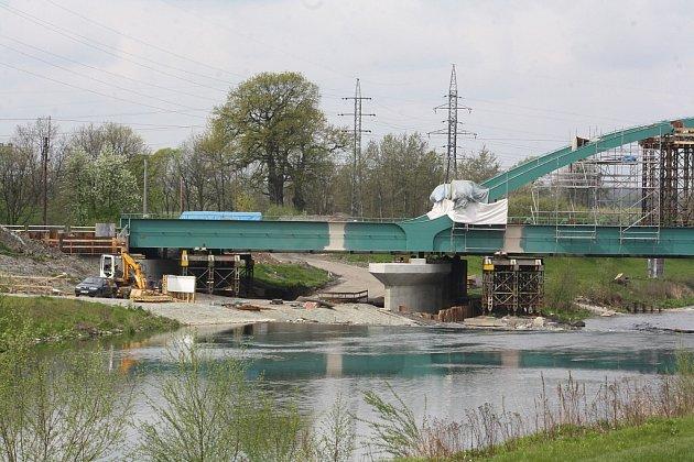 Oprava železničního mostu přes Olši vKarviné-Lipinách.