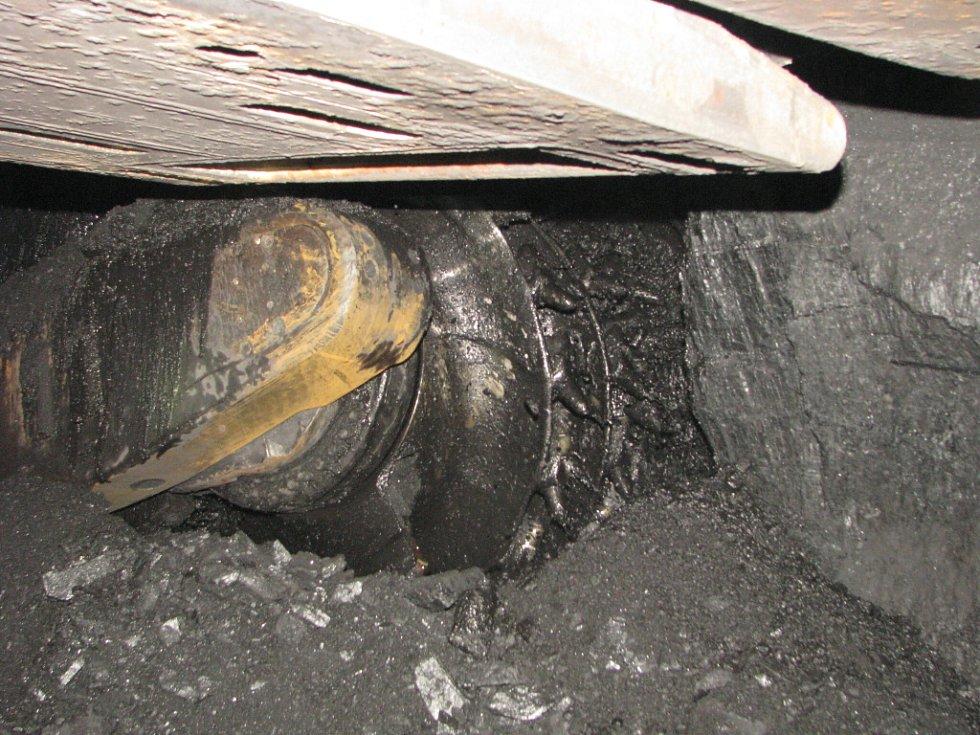 Práce v podzemí černouhelné šachty. Ilustrační snímek. Důlní kombajn.