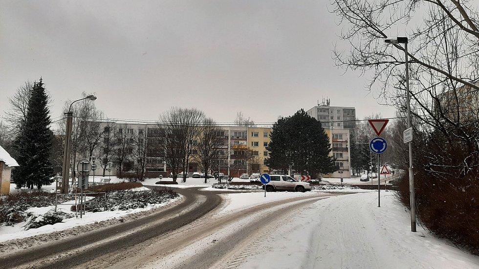 Kruhový objezd v centru ,m pod sídlištěm v Albrechticích.