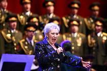 Eva Urbanová při vystoupení s ruským souborem Alexandrovci. Archivní snímek.