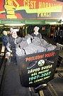 Poslední vozík černého uhlí vytěženého na Dole Dukla v Havířově.
