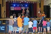 V Karvinském Obecním domě Družba se v pátek konala akce pro děti z dětských domovů a stacionářů Karviná se baví.
