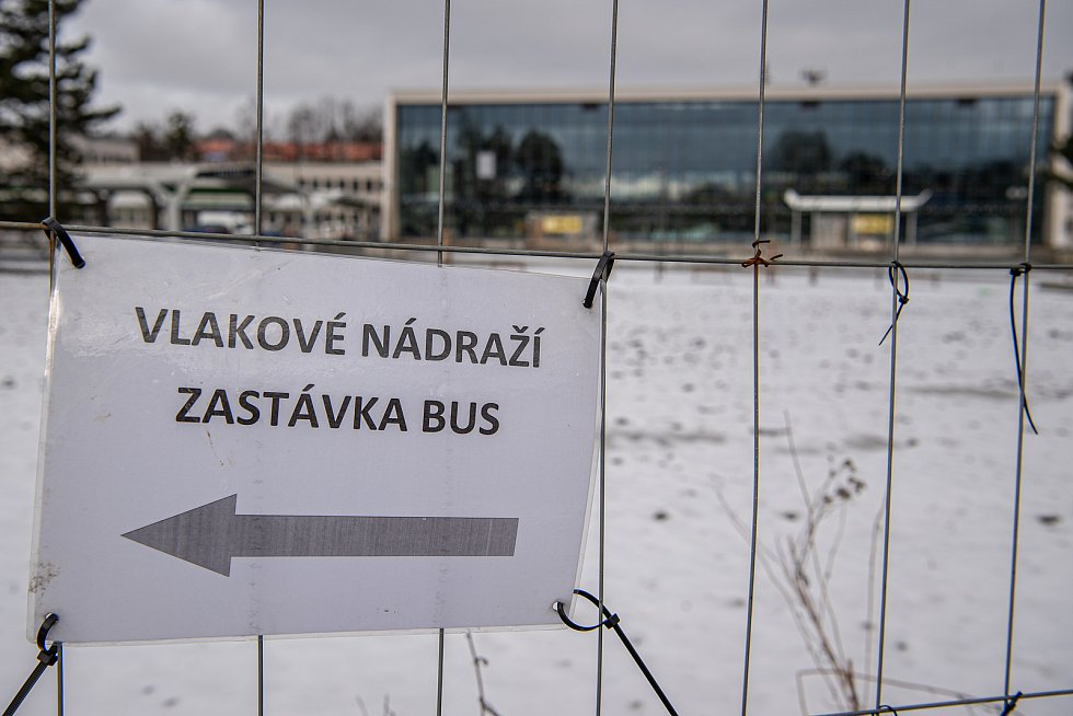 Téměř hotová rekonstrukce prostoru před nádražím, kde má vzniknout nový dopravní uzel, 3. února 2021 v Havířově.